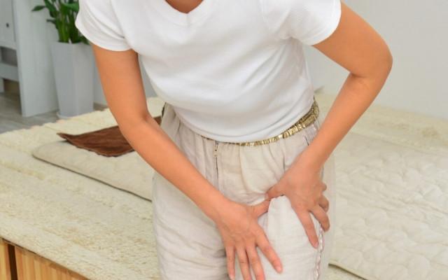 股関節痛 女性写真